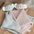Baby Bello Kiki the Koala Kuscheltuch: hier Varianten Rose Glow und Turtledove - Holzspielzeug Profi